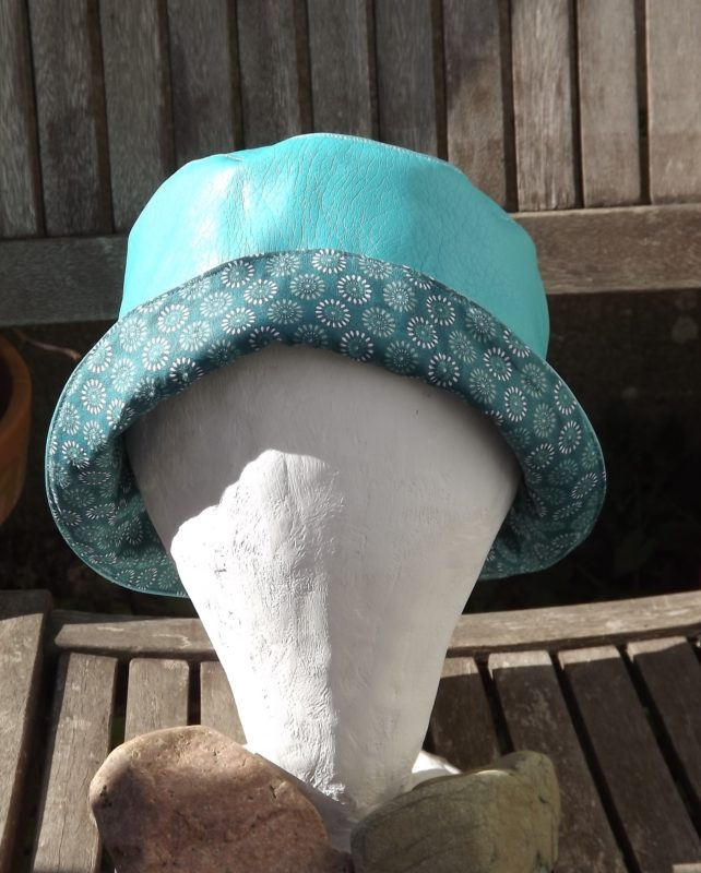 produits de la boutique : chapeau de pluie femme turquoise